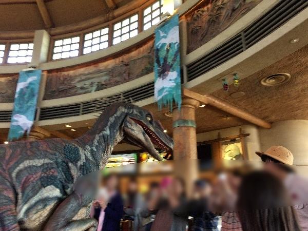 肉食恐竜がお客さんを襲う様子