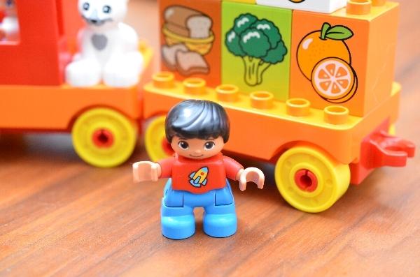はじめてのデュプロ「トラックとたべもの」の男の子