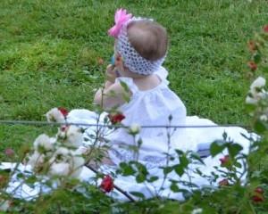 花に囲まれる赤ちゃん