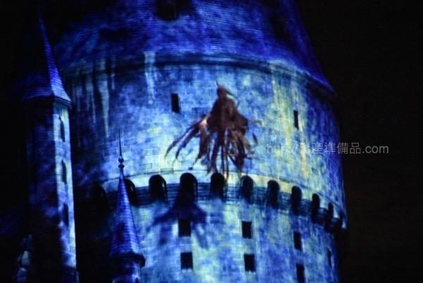 """<% pageTitle %>"""" /></p> <p>エクスペクト・パトローナム・ナイト・ショーを楽しむポイントは3つあります。</p> <ol> <li>ホグワーツ城に映る映像</li> <li>前方で行われる演者の方の演技</li> <li>屋根の上に現れるディメンター</li> </ol> <p>私たち家族は最初に人ごみの中でショーを楽しんだ結果、城に映る映像や、演者の方の演技はそれほど楽しむことはできなかったものの、屋根の上に現れるディメンターについてはしっかりと観ることが出来ました(笑)</p> <p class="""