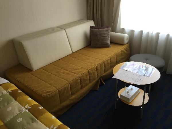 ホテル近鉄ユニバーサル・シティのカジュアルツインルームのソファ
