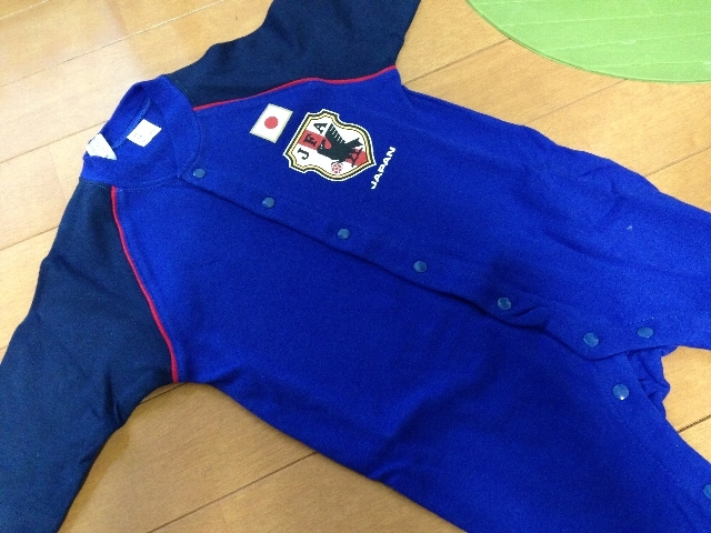"""<% pageTitle % ></noscript>"""" width=""""95%""""/><br /> サッカー日本代表の試合がある日には、これを着て一緒に写真を撮っていました!</p> <h3>まとめ</h3> <p>というわけで、西松屋で購入した服の一部を紹介させてもらいました。<br /> セール品を狙うと、1枚あたりの価格が1000円以下で<br /> 購入できるのは当たり前の世界なので、大変重宝します。<br /> 夏場が近づいてくると、着替えが頻繁になってくると思うので、<br /> 西松屋は本当に重宝すると思います! <!-- WP QUADS Content Ad Plugin v. 2.0.20.1 --> <div class="""