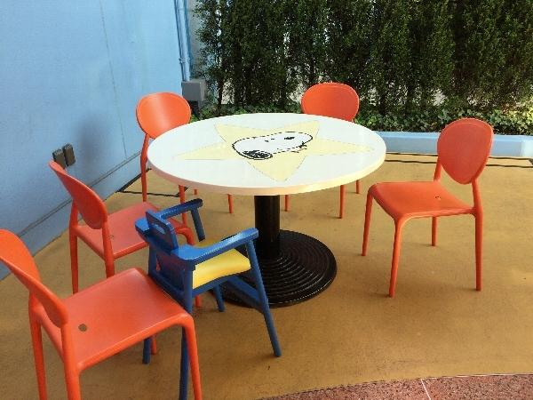 スヌーピー・バックロット・カフェの屋外の席