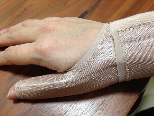 手首&親指のサポーター「うすサポ」を装着したところ