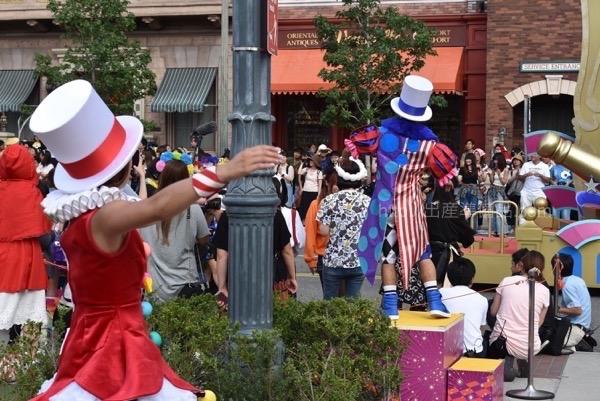 <% pageTitle %>&#8221; /></p> <p>ダンスを教えてもらう事が出来るというメリットは、MCのような人が2人出てきて、パレードが熱狂エリアに到着するまでに、どのように踊ればよいのかを教えてくれますので、パレードを全力で楽しむ事がよりできちゃいます。</p> <p class=
